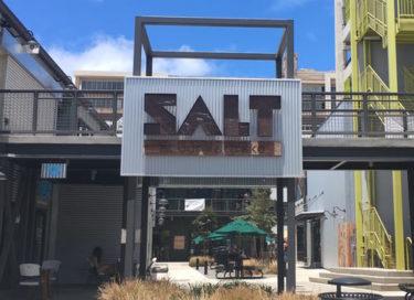 カカアコで人気のレストラン「モク・キッチン」〜人気複合施設「ソルト(SALT)」内の人気レストラン〜