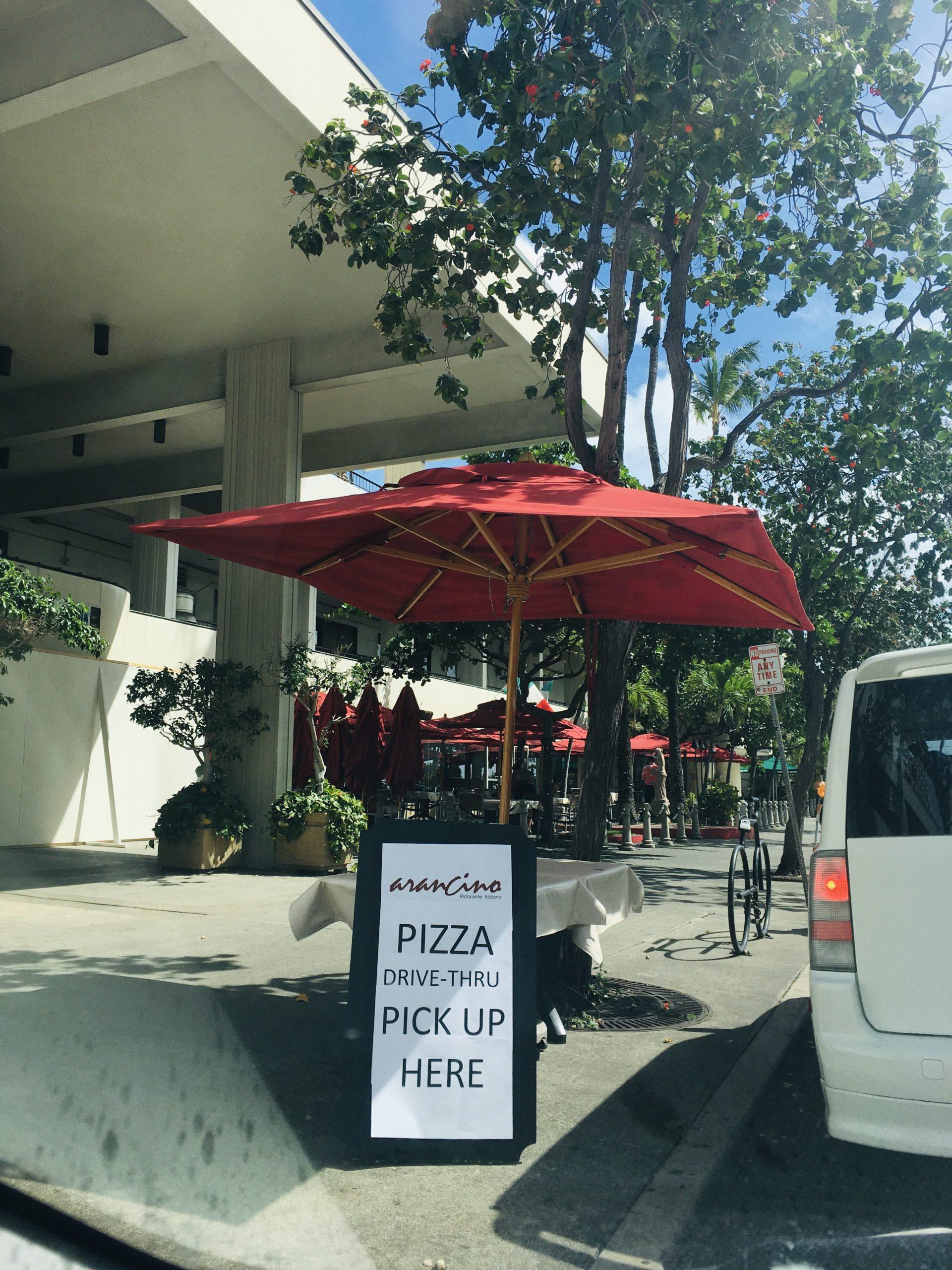 アランチーノ無料ピザ配布店の前