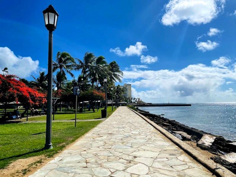 カピオラニビーチ歩道