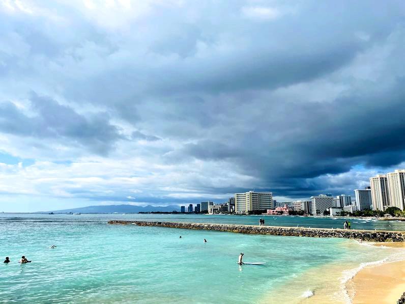 カピオラニビーチからピンクパレス方面