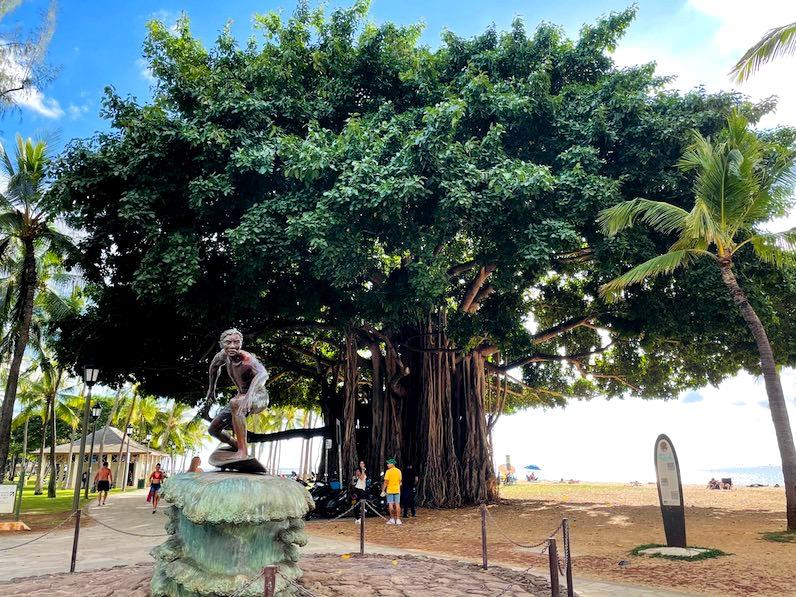 カピオラニビーチパーク銅像