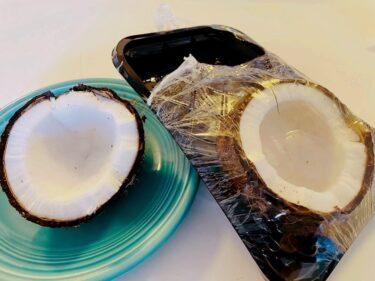ココナッツに醤油をつけるとイカ刺しの味に?ハワイのココナッツで試してみた!〜ハワイで見つけた食材19〜