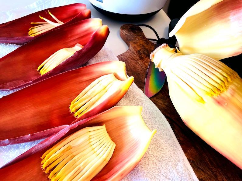 バナナの花の萼をむいていく