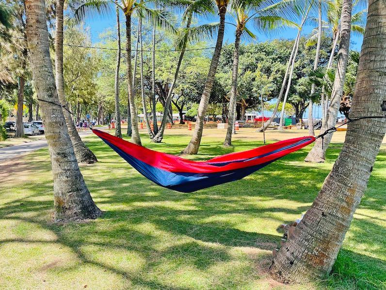 カピオラニビーチパークにハンモックを吊るす